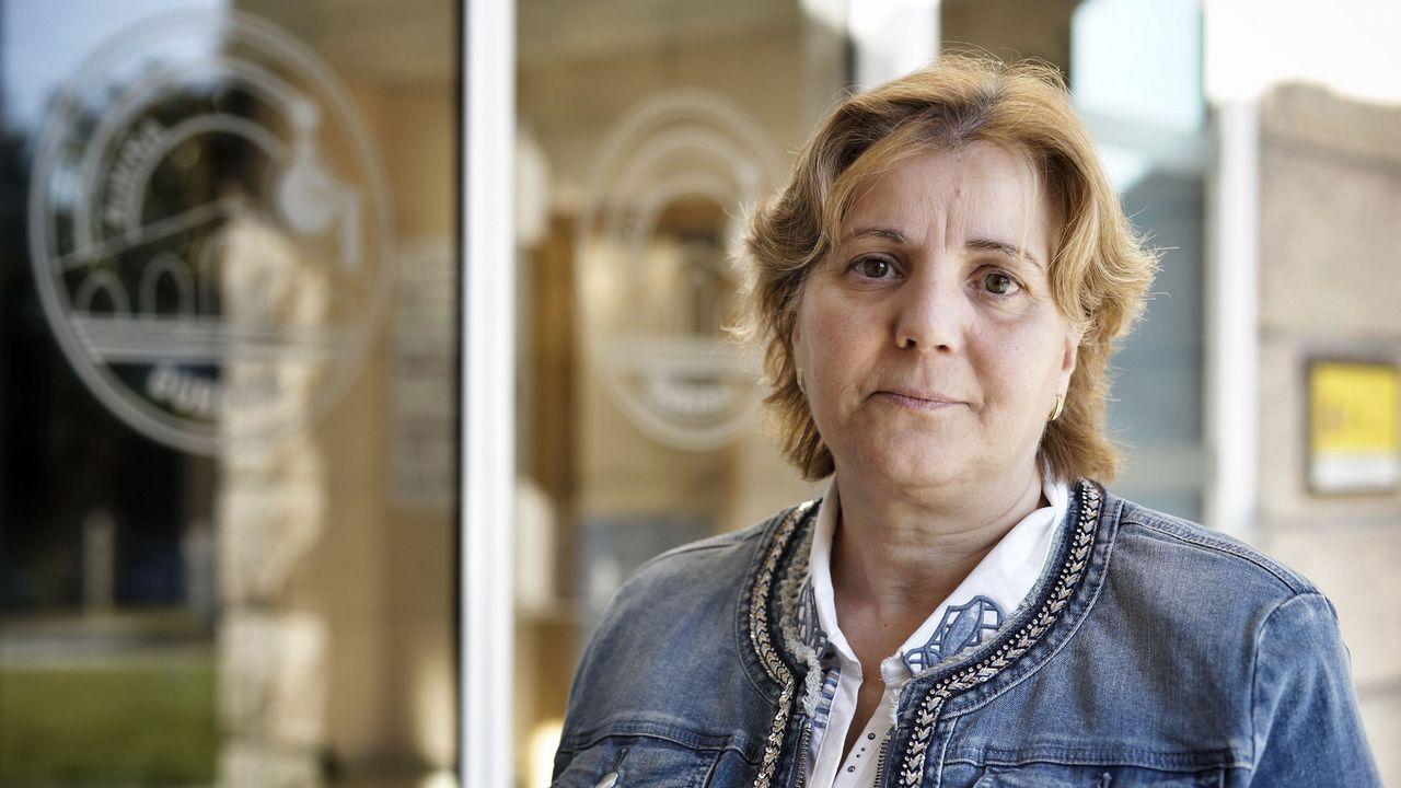 «O 15 de outubro será imposible de esquecer en Carballeda de Avia».Una voluntaria participa en uno d elos programas de COGERSA para limpiar un monte en Asturias