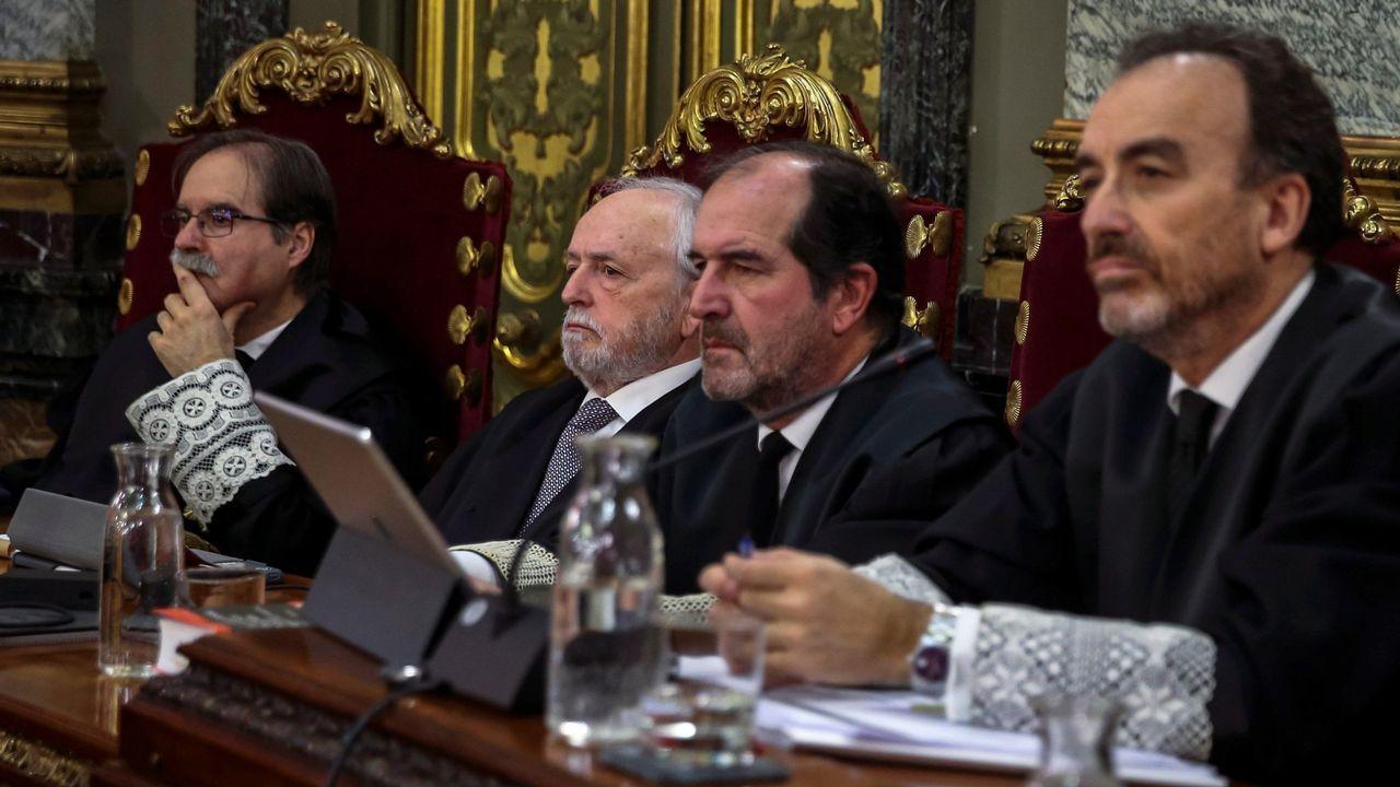 El juez Manuel Marchena, el primero por la derecha