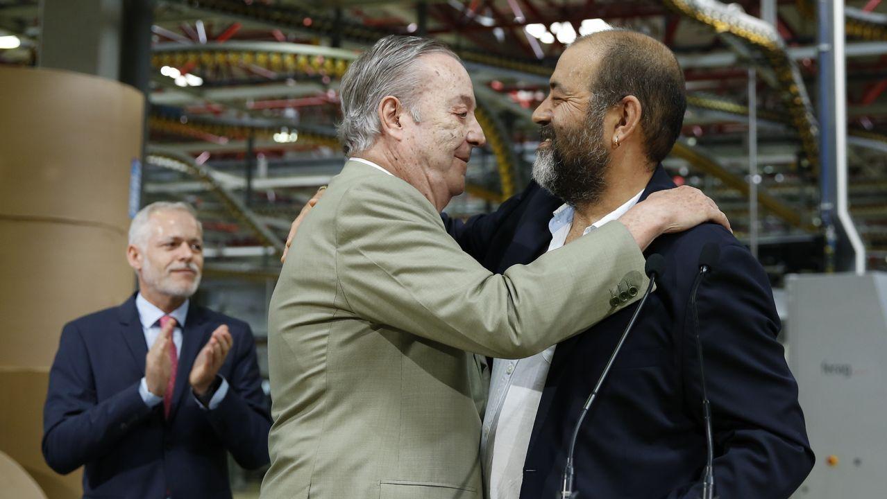 .Santiago Rey abraza a Jorge Casanova, presidente del comité de empresa ante Lois Blanco, director general de la Corporación Voz