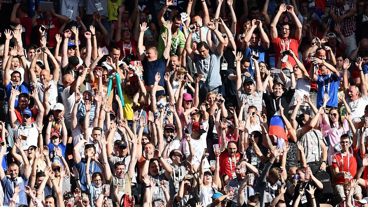 .Aficionados de Dinamarca hacen la ola durante el partido que enfrentó a su selección y la de Francia