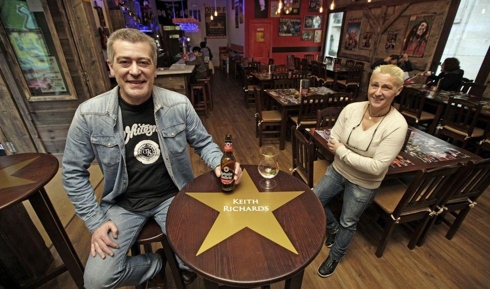 Carlos Fernández, en su restaurante, junto a Cristina González, encargada del restaurante temático vigués.