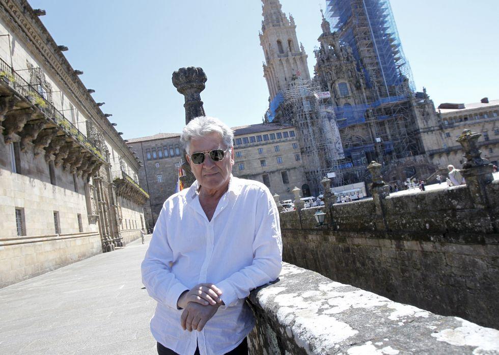 .Arturo Franco ante la Catedral de Santiago, la gran protagonista de la obra que se reedita.