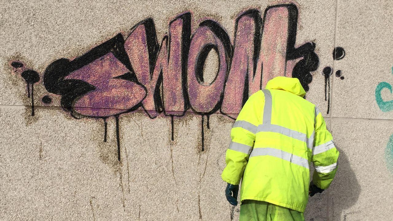 Así se limpian las pintadas en las paredes del centro de Lugo.