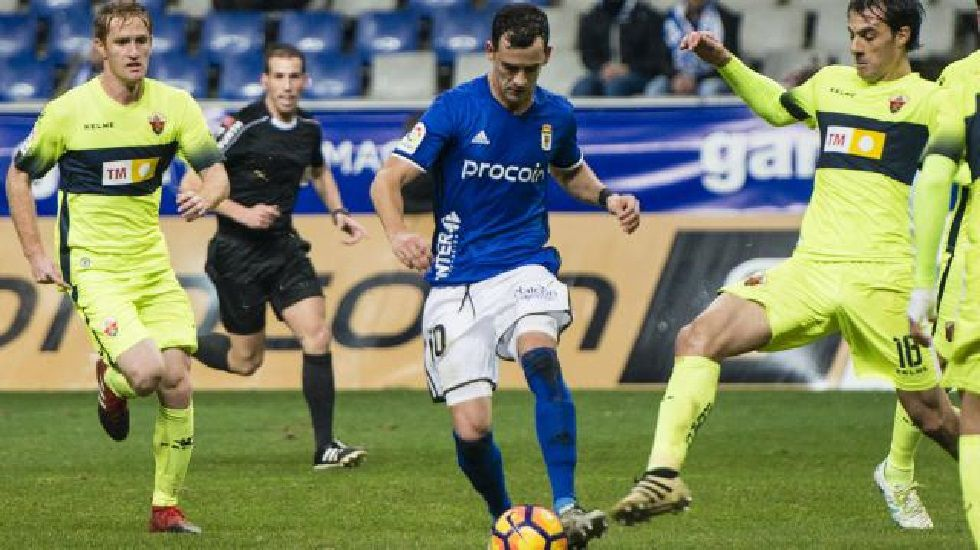 .Linares conduce el balón en el Oviedo-Elche de la ida