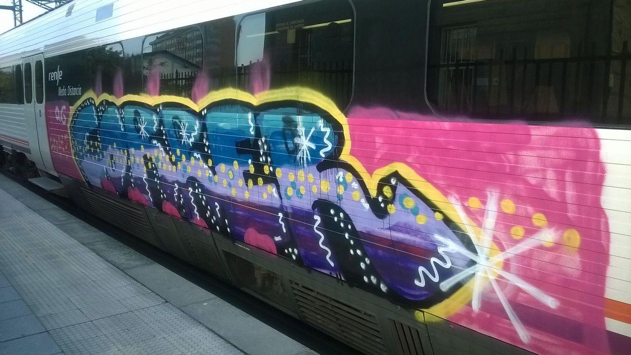 Imagen de la pintada realizada en un tren de cercanías en Monforte de Lemos