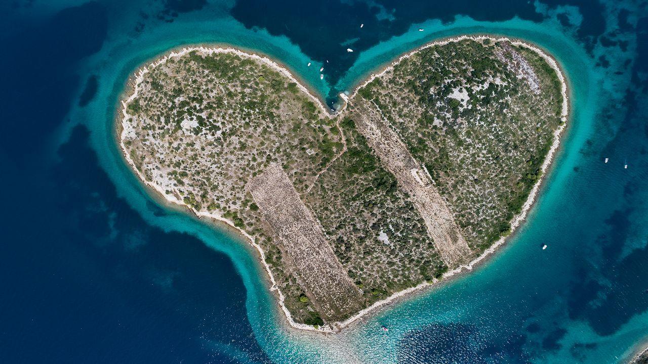 Isla con forma de corazón en la costa croata