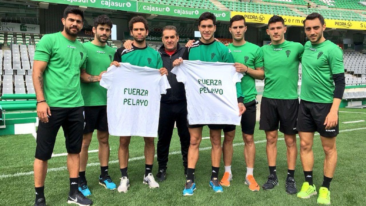 .Sandoval y varios juguadores del Córdoba posan con la camiseta