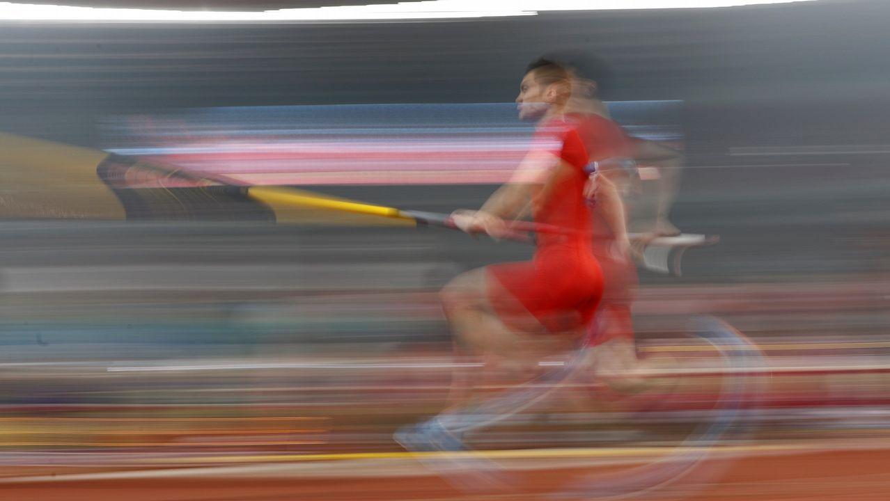 El chino Jie Yao compite en la final masculina de salto con pértiga de los Juegos Asiáticos en Yakarta