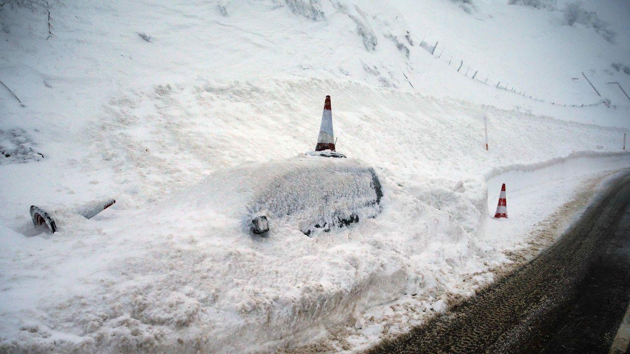 La nevada en Asturias.La estatua de Pelayo en Covadonga