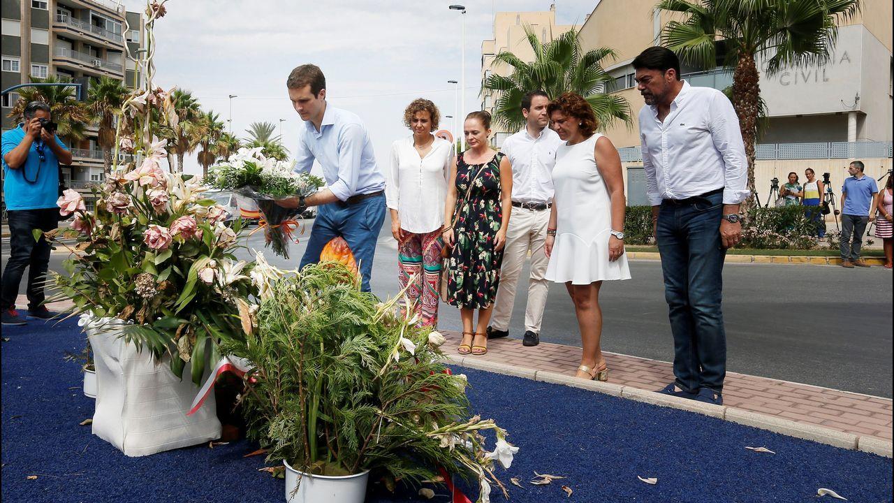 Casado rindió homenaje en Santa Pola a las dos víctimas de un atentado de ETA en 2002