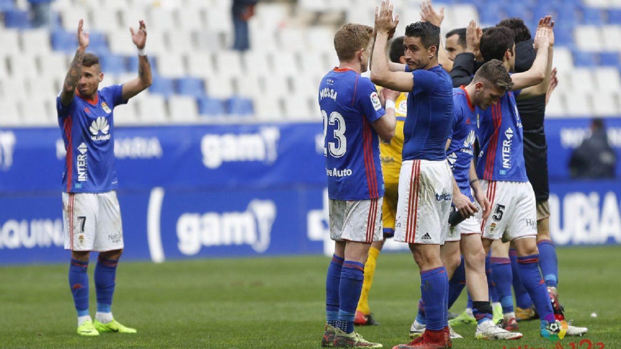 Los jugadores del Oviedo al acabar el partido