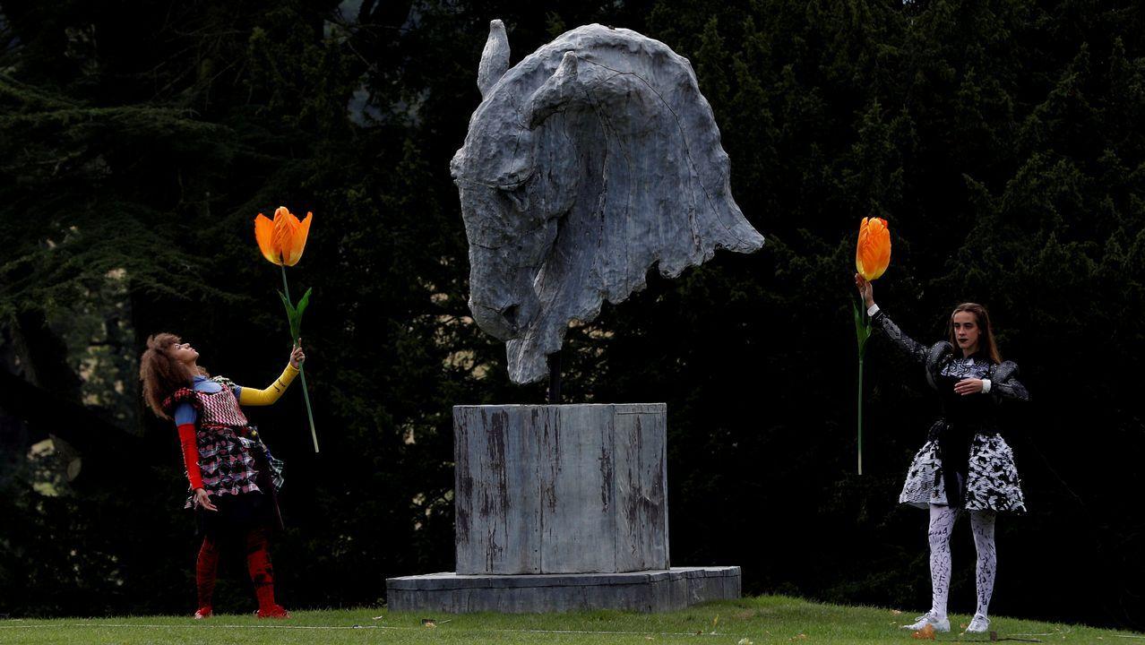 Dos bailarines realizan una actuación junto a una escultura de la casa Chatsworth en Edensor.