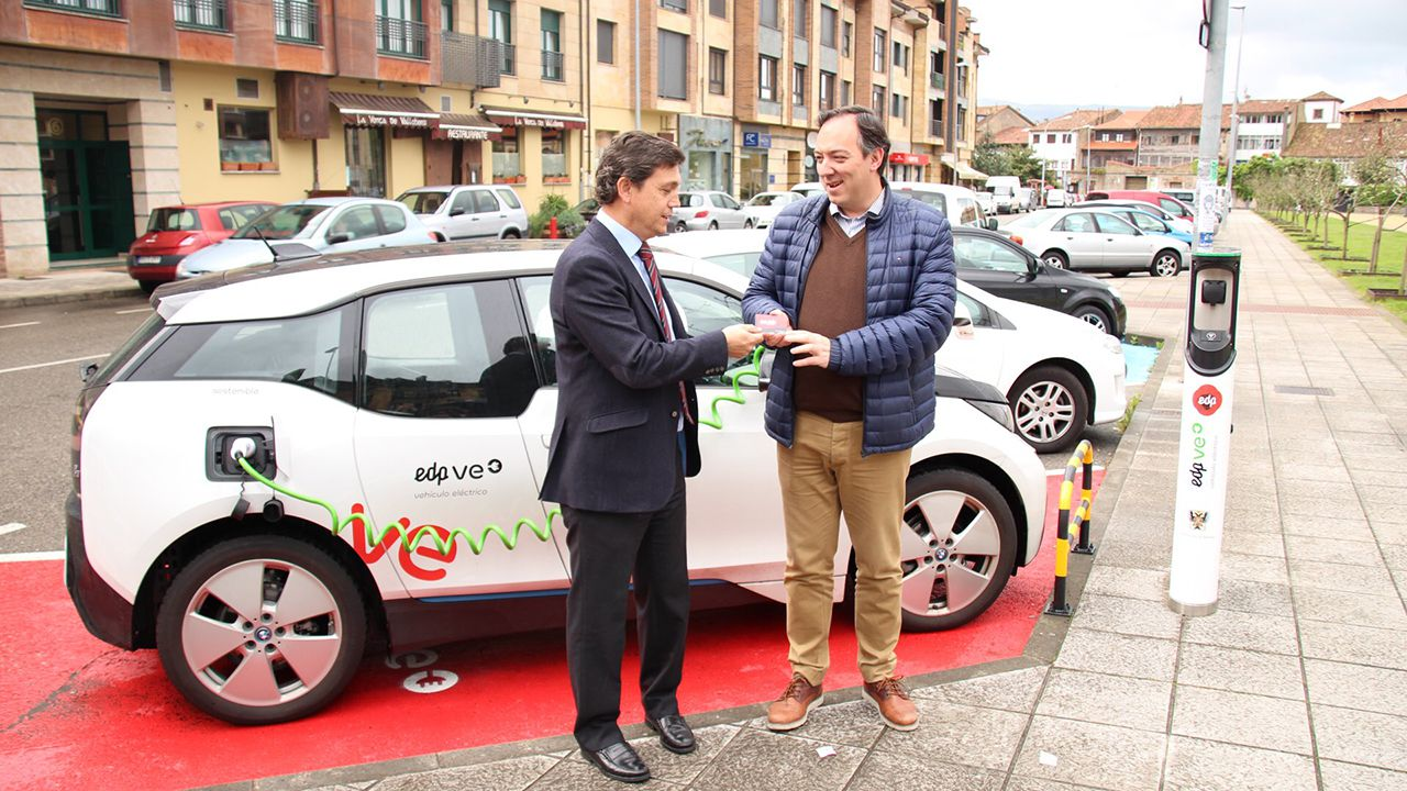 Pedro Sánchez escucha cómo Javier Fernández atiende a los medios de comunicación, durante una visita a Asturias.Antonio González-Lamuño entrega la tarjeta para realizar las recargas a Alejandro Vega Riego