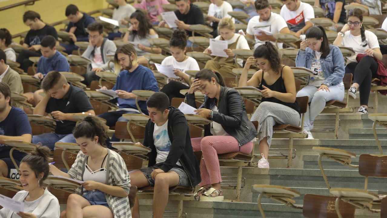 Román Rodríguez: «Que os nenos non vaian a clase non é o mellor xeito de protestar».El profesor y mago Xuxo Ruiz y el director general de AFundación, Pedro Otero, presentaron el plan