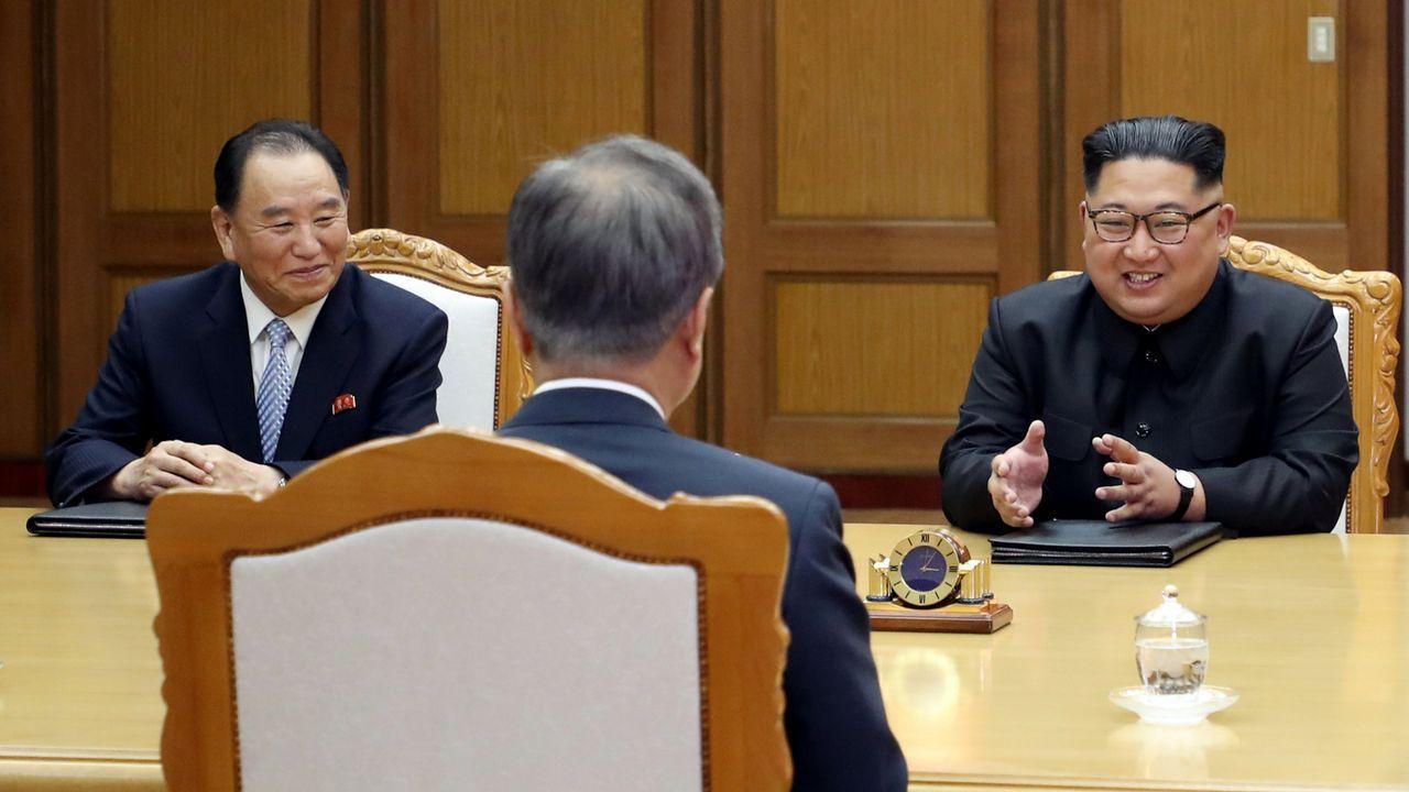 Kim Yong-chol, junto a Kim Jon-un, en la reunión con el presidente surcoreano, Moon Jae-in