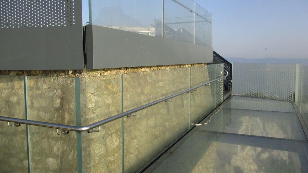 Detalle del suelo acristalado del mirado de Gibraltar, instalado por Ales Iluminación.Detalle del suelo acristalado del mirado de Gibraltar