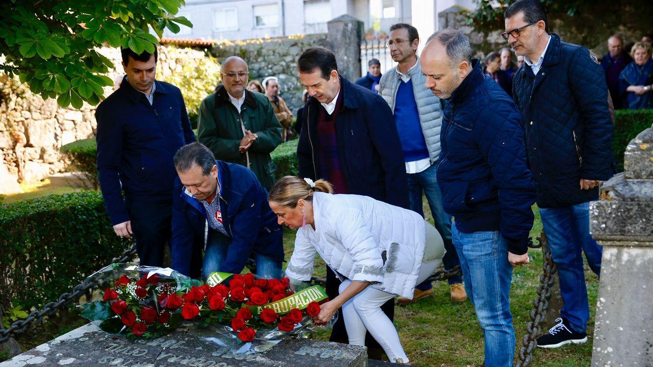 Ofrenda floral del primero de mayo ante los socialistas fusilados en el 36