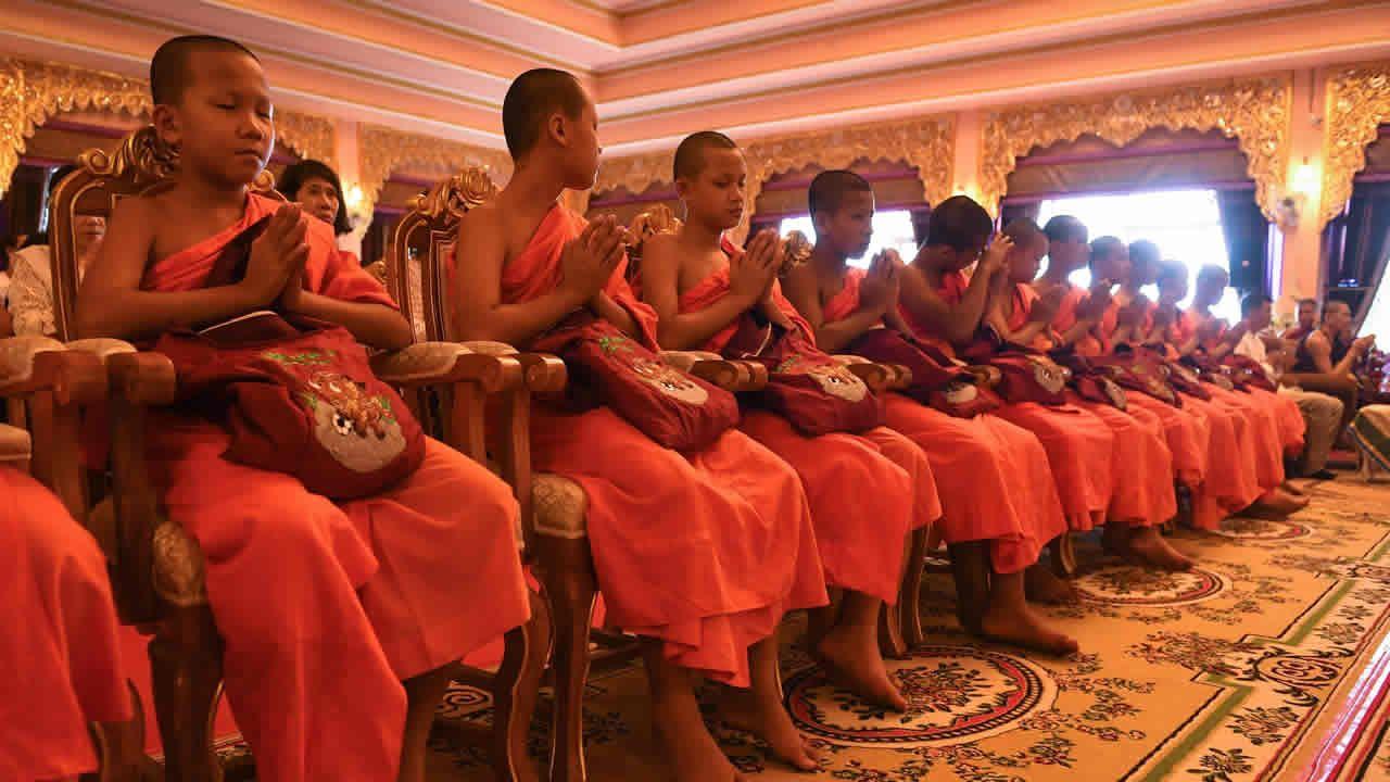.Ordenación budista en Tailandia de los niños rescatados en la cueva
