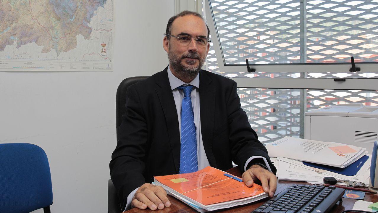 El teniente Nogueiras explica las medidas de seguridad del transporte.Feijoo, durante la sesión parlamentaria de ayer