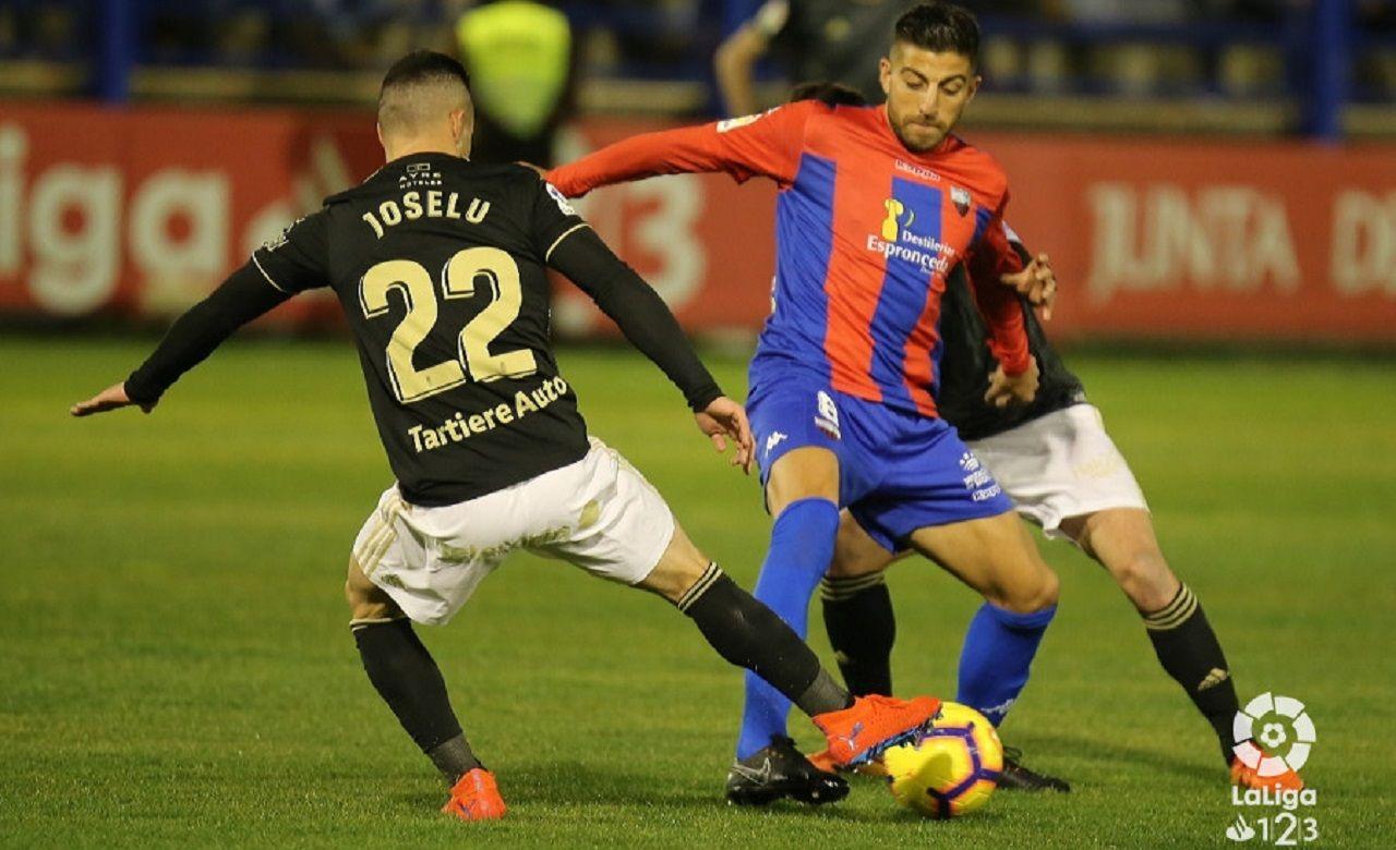 Joselu Gio Zarfino Extremadura Real Oviedo Francisco de la Hera.Joselu pugna con Gio Zarfino por un balón