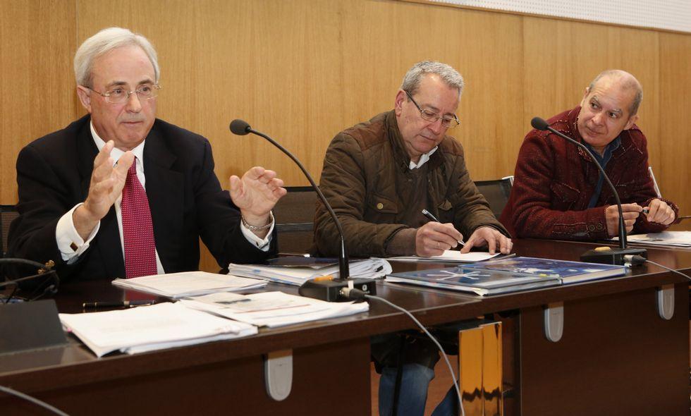 Adiós bombillas halógenas, hola LED.Antonio Álvarez, Pedro Fariña y Xosé Regueira, ayer. El alcalde también estuvo.