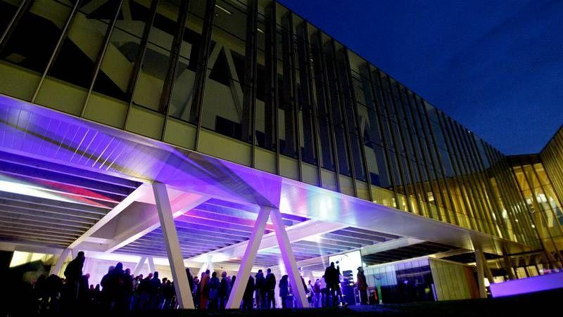 Festival Artec en el Ágora.En la fachada del Ágora, el artista Carlso Maciá dejó su obra, denonimada «Las diez horas»