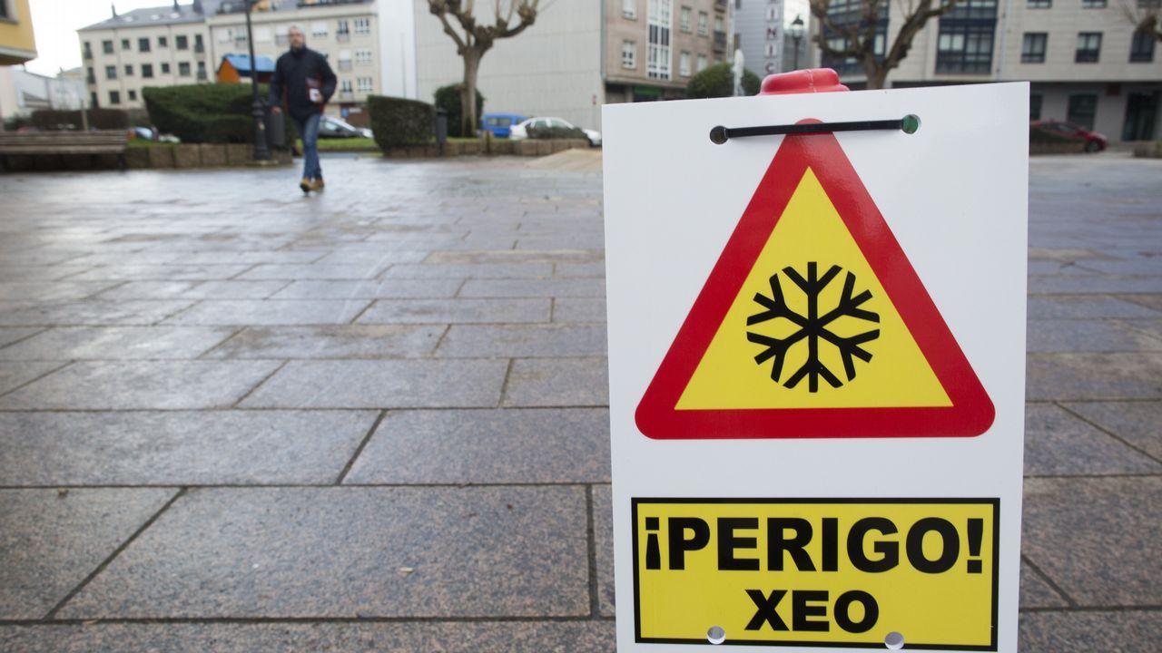 En Carballo han colocado señales alertando del hielo en las aceras de la plaza de la Cruz Roja