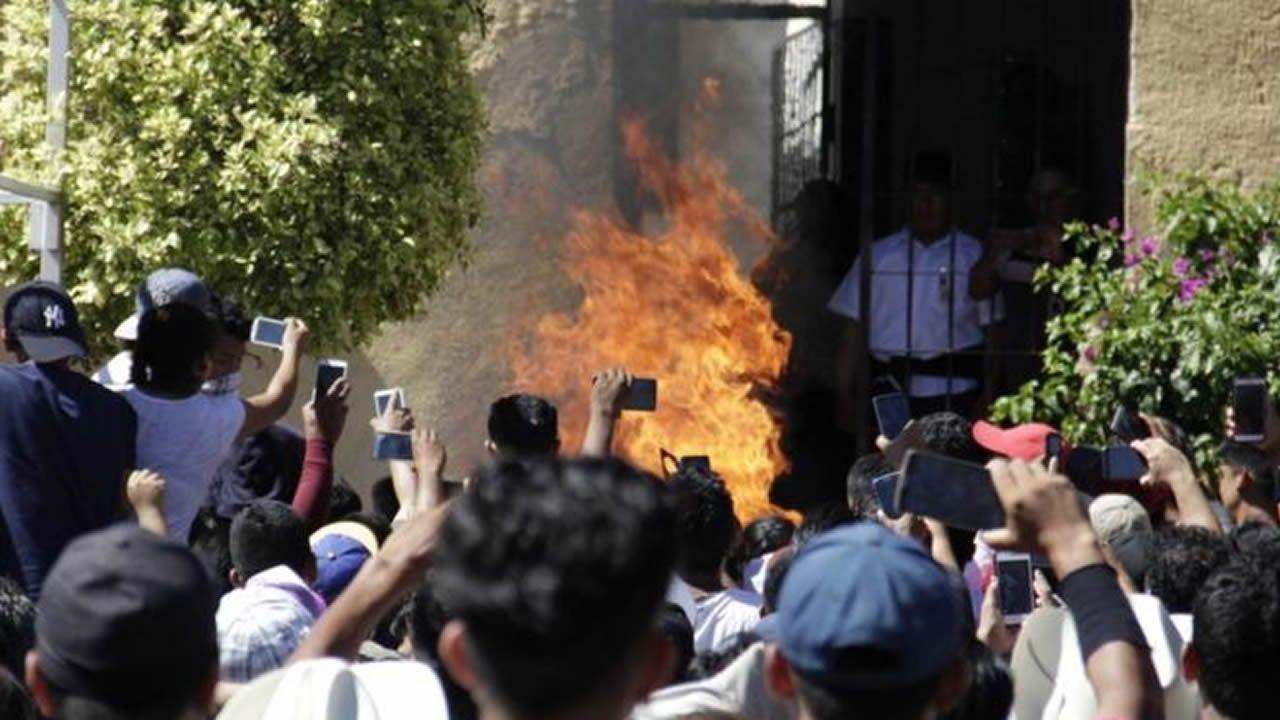 Así fueron las detenciones de los narcos de Pontevedra.La multitud grabando con sus teléfonos cómo se queman vivos los dos hombres inocentes