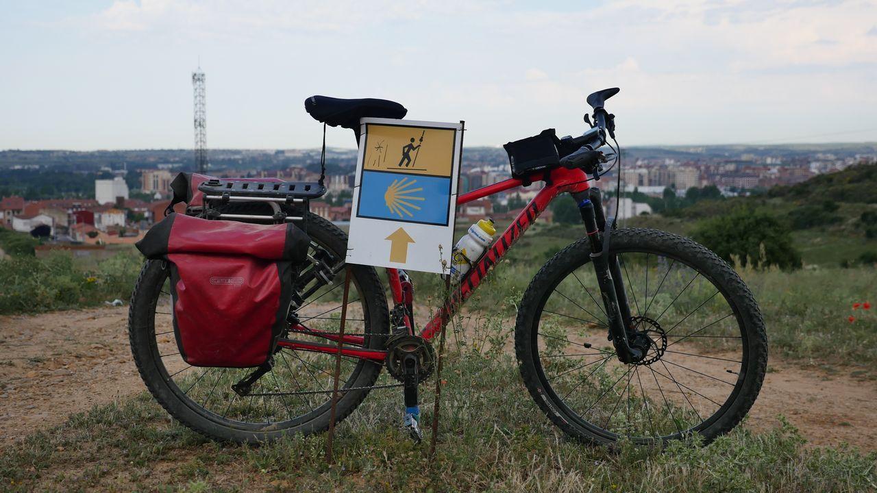 .Bicicleta de un peregrino, en la entrada de León