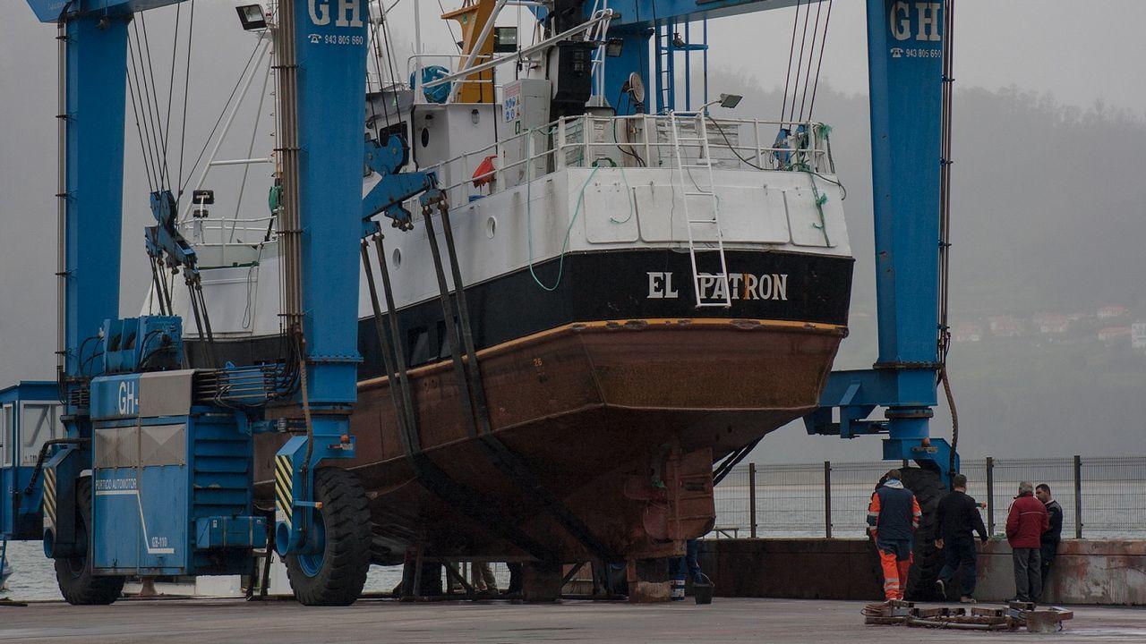 Miguel peregrina en cenizas.La grúa del puerto de Cedeira izó esta mañana a tierra el buque