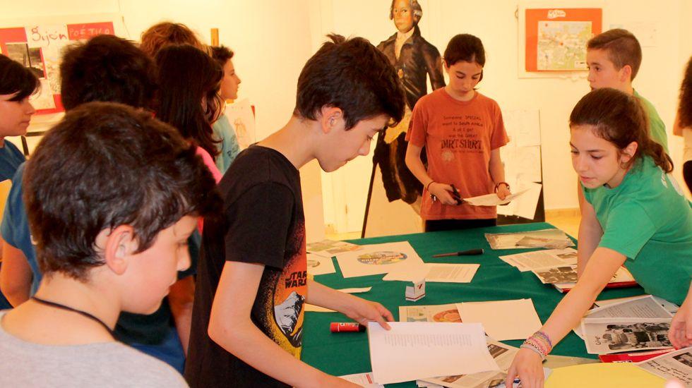 El alumnado de 1º F del RIES Jovellanos trabajando en la preparación de la exposición sobre rutas poéticas por Gijón