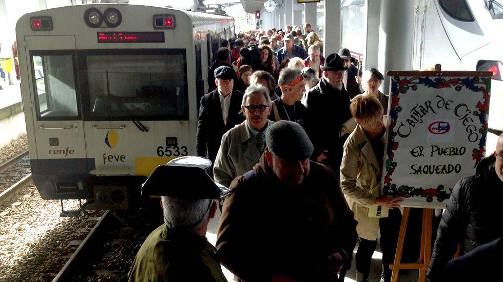 El tren de FEVE Pravia-Gijón, a su llegada a la estación, con la comitiva de SOS Tren Asturias