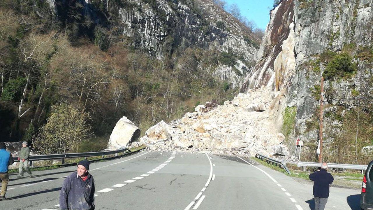 Un desprendimiento de rocas deja incomunicado el concejo asturiano de Caso