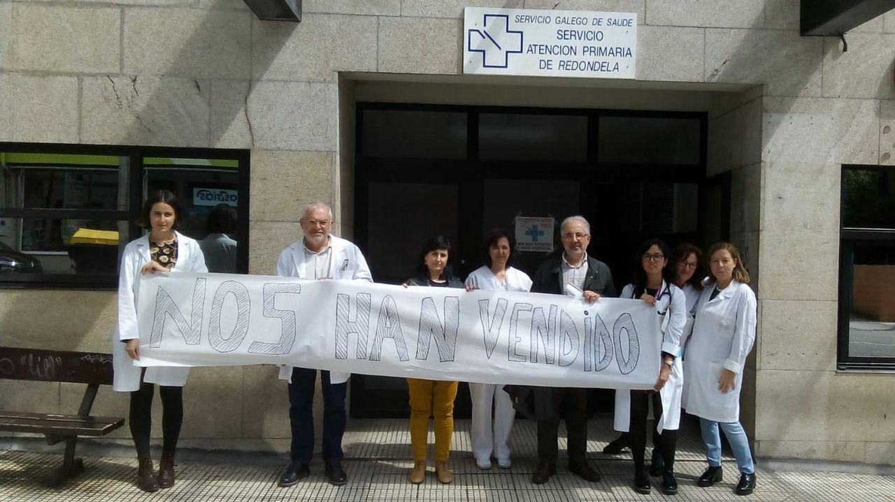 Tui se llena de portugueses que quieren repostar por el desabastecimiento en su país.Imagen de archivo de la primera pasajera que usó el bus compartido en Carballo en el 2017