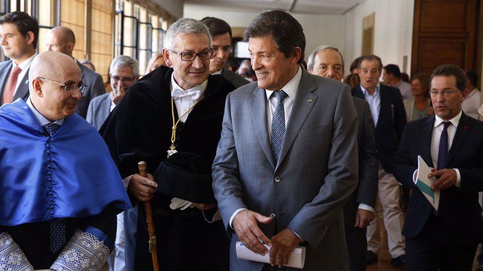 Santiago García Granda, en el centro, junto a Javier Fernández
