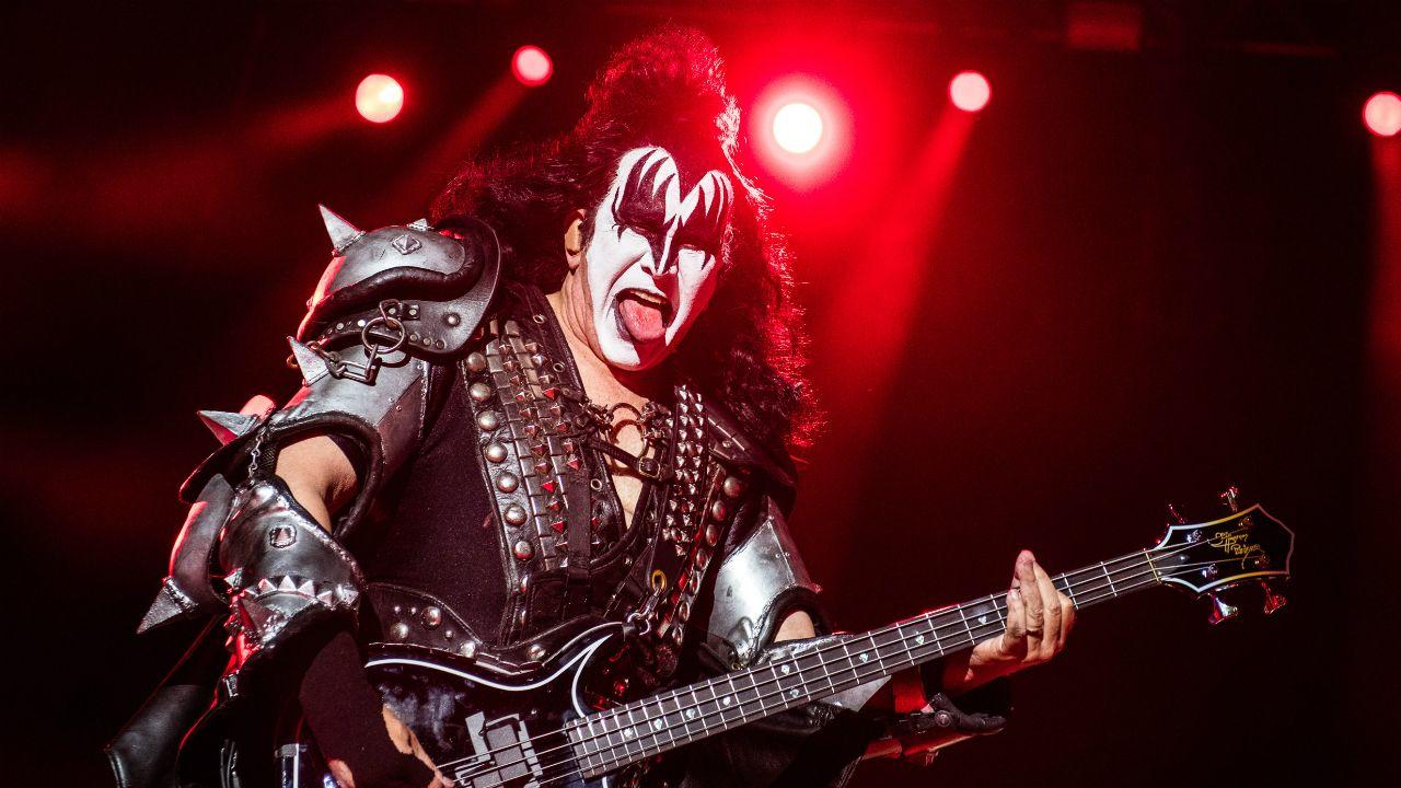 Gene Simmons, bajista de Kiss, durante concierto en Portugal