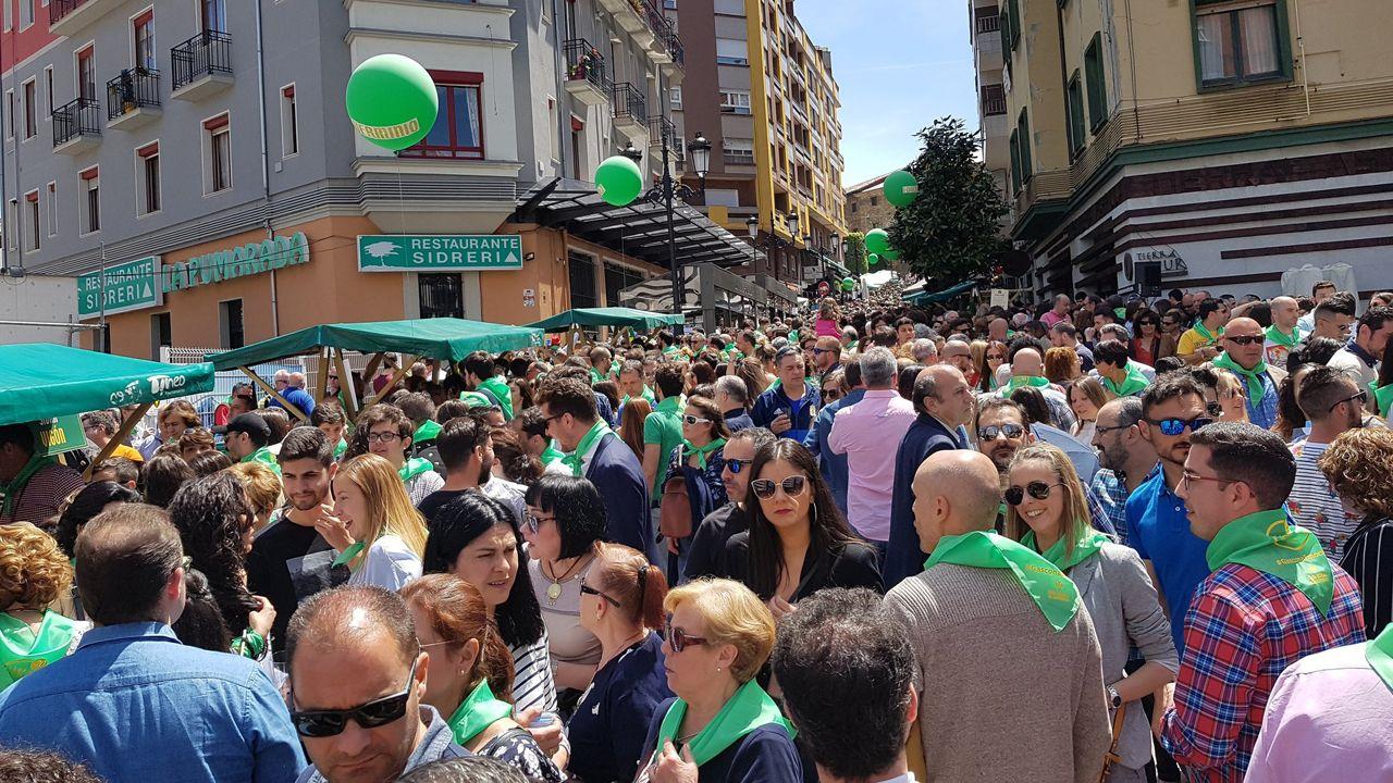 La preba de la sidra llenó Gascona de miles de personas que quisieron disfrutar de la popular bebida en un día espectacular en Oviedo