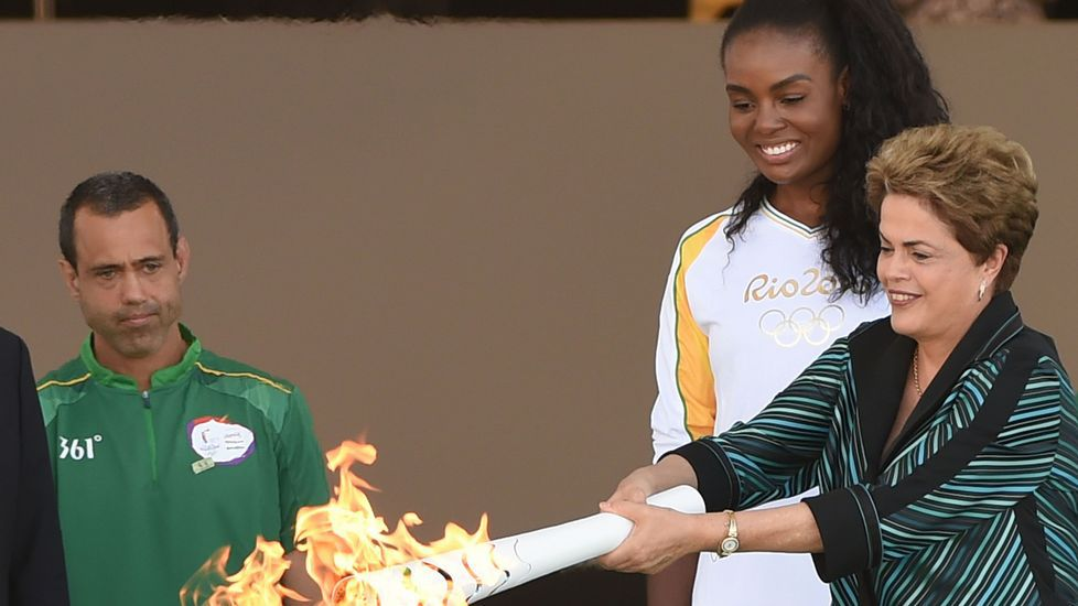 La llama olímpica llega aBrasil.Protestas en Brasil