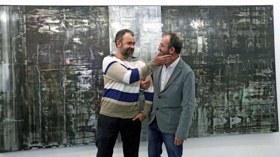 Álvaro Negro (a la izquierda), delante de un cuadro suyo de esmalte sobre cristal, junto a Teo Soriano, en la galería madrileña F2