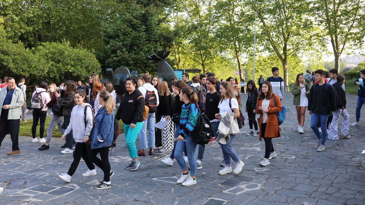Los estudiantes acceden a la Facultade de Económicas de la USC