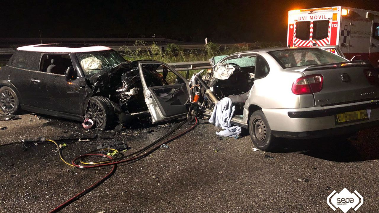 Los dos vehículos implicados en la colisión en Villaviciosa