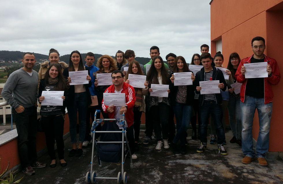 Los jóvenes, con sus diplomas, ayer por la mañana en Cabana.