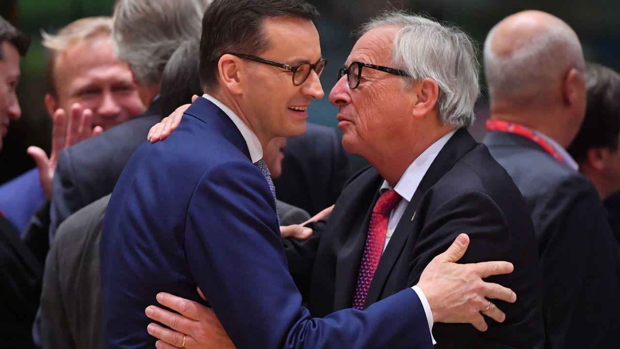 Un eurodiputado italiano pisotea los papeles de Moscovici.Jochen Mueller, representación de la Comisión Europea en España