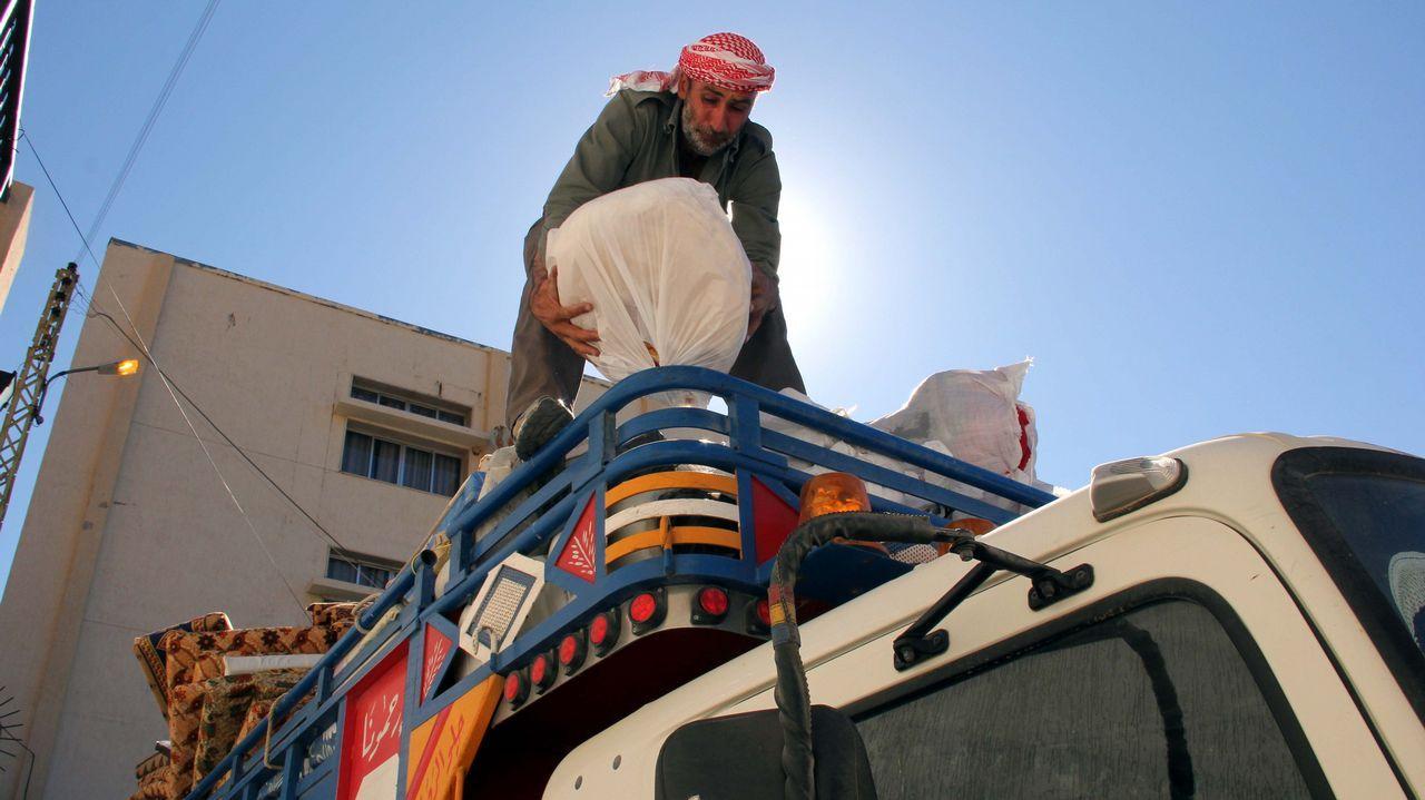 Refugiados sirios recogen sus pertenencias mientras se preparan para ser evacuados de la aldea libanesa del sur de Shebaa a Siria