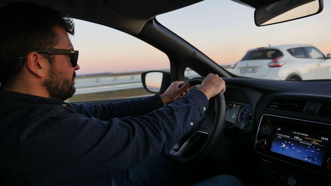 De Arteixo a Madrid en 20 horas a bordo de un coche eléctrico.Una mediana recientemente instalada complica la vida de los vecinos de Santa Ana