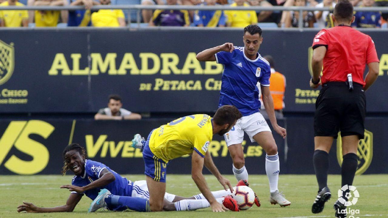 Tejera se lleva un balón ante José Mari, con Boateng en el suelo