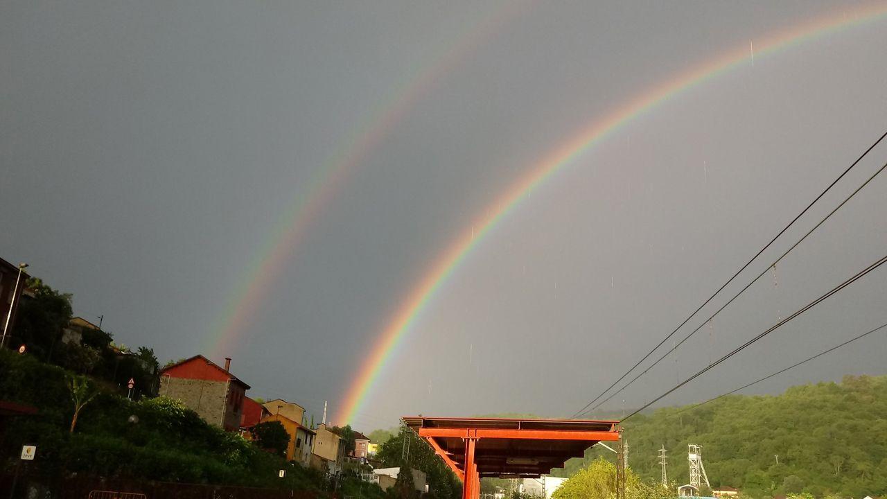 Los arcoiris le hacen el pasillo a Miguel a su paso por Asturias.El presidente de Ciudadanos, Albert Rivera (d), y el vicepresidente del Congreso y portavoz de Ciudadanos Asturias, Ignacio Prendes (i)
