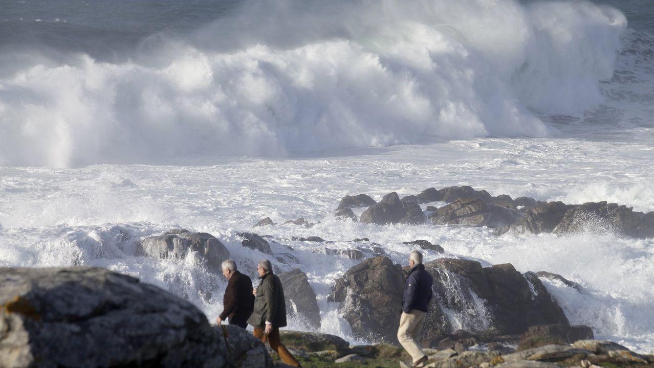 En enero fue el temporal Evi el que dejó olas gigantes en Galicia. Entre otros daños, destrozó el espigón del muelle de Cariño.