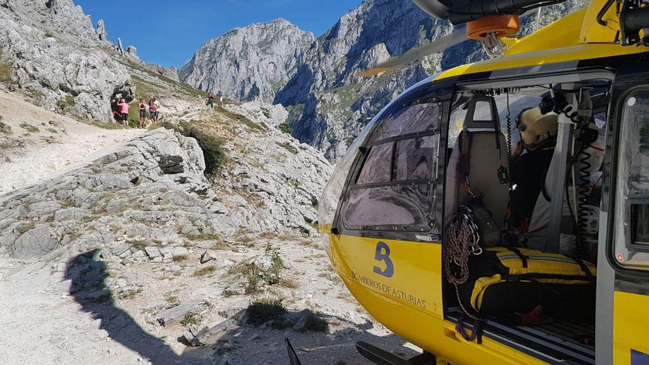 .El grupo de rescate de bomberos del Servicio de Emergencia (Sepa), en la ruta del Cares