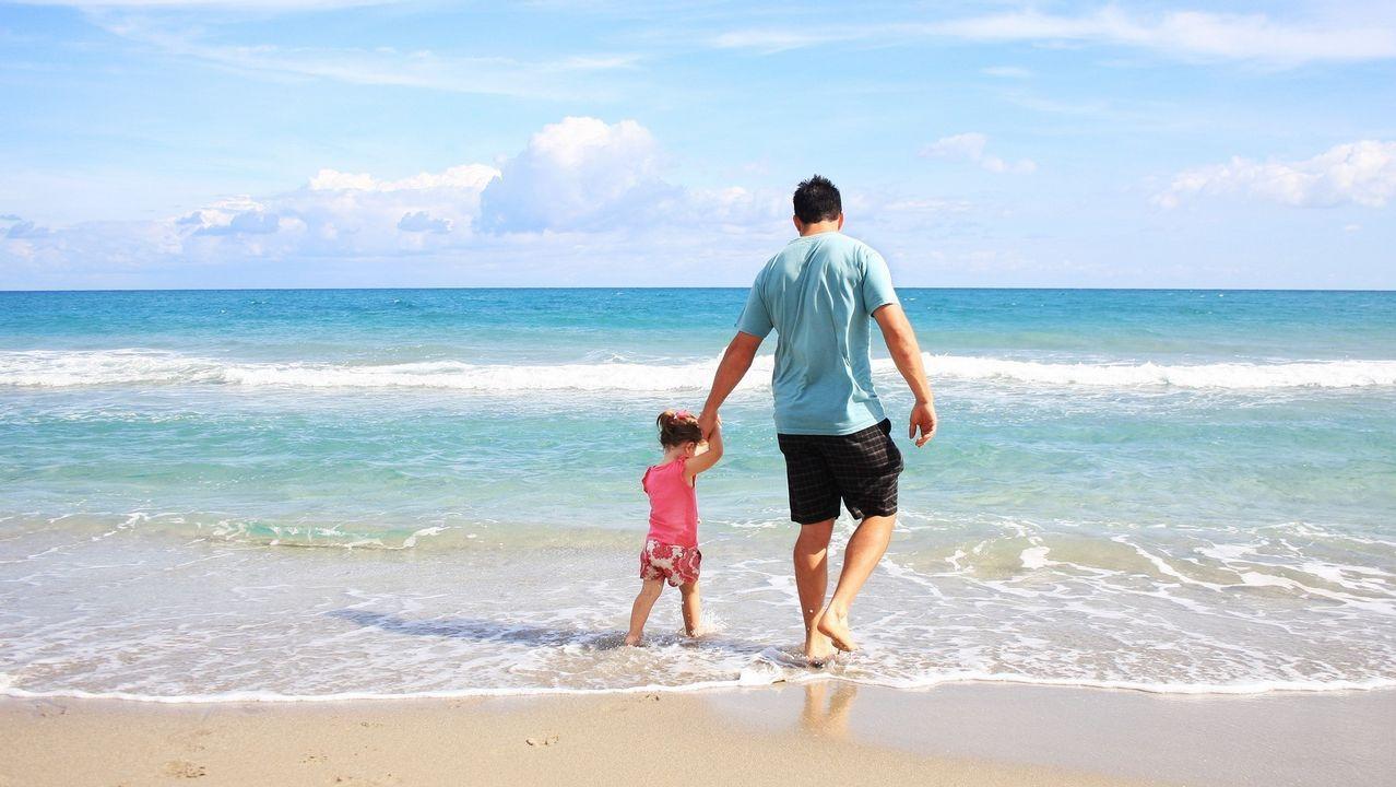 Un padre, disfrutando con su hija de un día de descanso en la playa